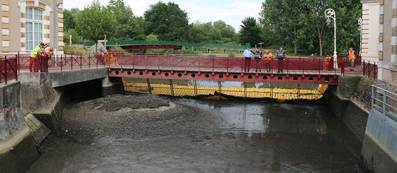 Eski Le Mans hidrolik tesisinin besleme kanalının kurutulması. Huisnes nehri. Ekranın akış aşağısındaki susuzlaştırılmış alanın görünümü.