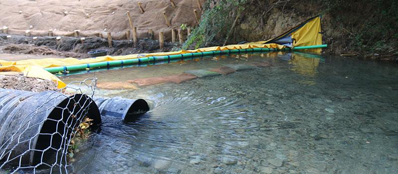 CARAMY nehrinin esnek Water-Gate © barajı ile drenajı. Ormancılar Şirketi