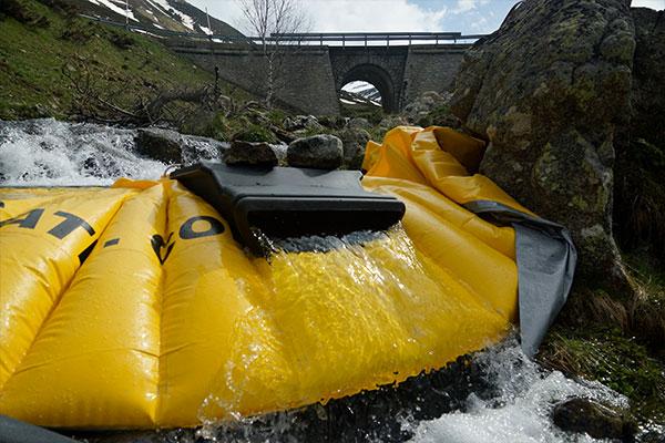 Esnek borusu olmadan DS-1200 yüzey savağı ile bir dağ nehrinin bir koluna monte edilen esnek Water-Gate © batardo.