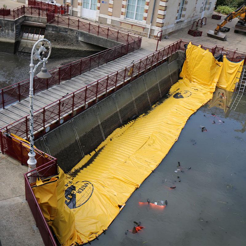 Eski Le Mans hidrolik tesisinin besleme kanalının kurutulması. Huisnes nehri.