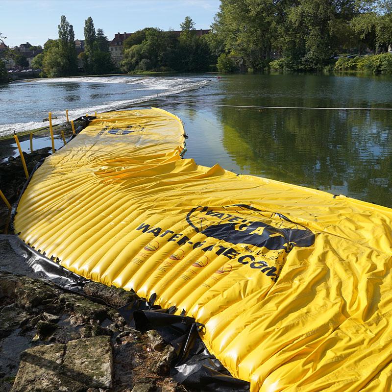 Doubs'ta nehrin bir kolunun kuruması. Esnek batardo, Dole eşiğinin uzantısında sol yakada konumlandırılmıştır.
