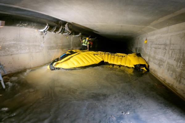 Esnek Water-Gate © batardolarının kaldırılması. Ön kenar, suyu batardamın altından geçirmek ve sürtünme kuvvetlerini azaltmak için yükseltilir.
